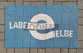 Markierung für den Elberadweg im Herrenkrugpark in Magdeburg