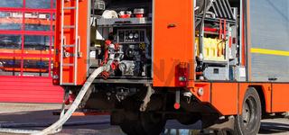 Feuerwehr Löschfahrzeug mit Schlauch