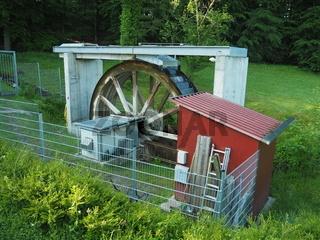 Wasserrad zur Stromerzeugung