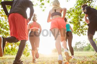 Junge Leute trainieren Ausdauer beim Geländelauf