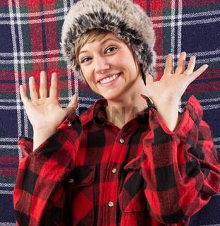 Fröhliche junge Frau mit Pelzmütze