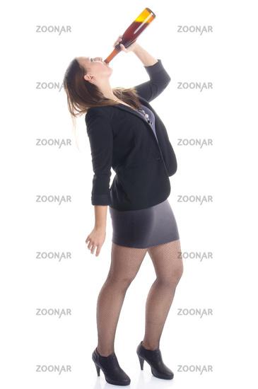 Junge Frau trinkt auf einer Party