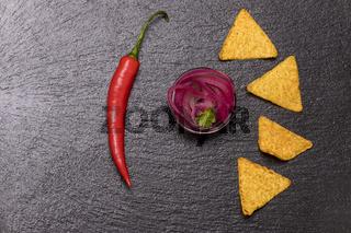 Zwiebelsalsa mit Chips auf Schiefer
