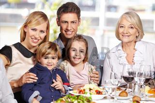 Glückliche Familie am Esstisch