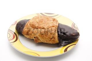 Schokoladenstückchen mit Teller
