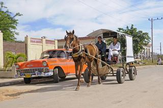 Pferdefuhrwerk und altes Auto im Stadtzentrum von Nueva Gerona