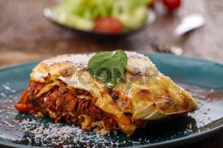 Lasagne auf blauem Teller