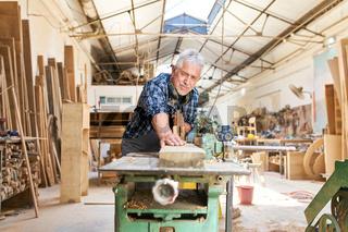 Senior Handwerker arbeitet an der Hobelmaschine