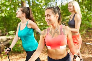 Drei junge Frauen beim Nordic Walking Workshop