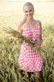 junge Frau im Getreidefeld