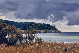 Herbstwetter an der Küste von Gager im Naturschutzgebiet Mönchgut auf der Insel Rügen.