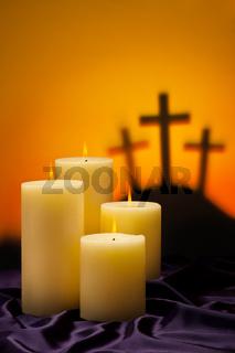 Drei Kreuze Symbol für Jesus Kreuzigung in Golgatha und Kerzen der Hoffnung