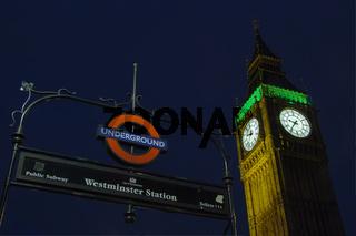 Blick auf den Big Ben von der Westminster Station in der Nacht