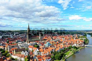 Luftbild vom Ulmer Münster bei schönem Wetter