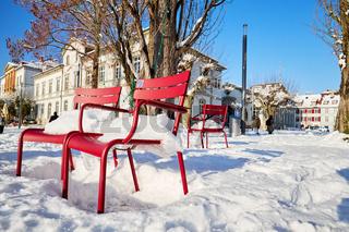 Deutschland, Baden-Württemberg, Bodensee, Überlingen am Bodensee, Winterlandschaft, rote Stühle