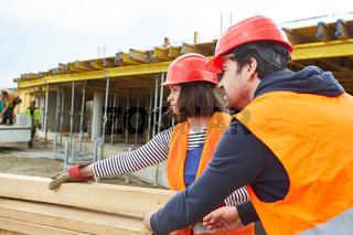 Handwerker Team beim Abladen einer Lieferung Holz