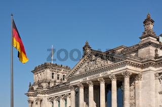 Reichstag in Berlin mit der deutschen Flagge