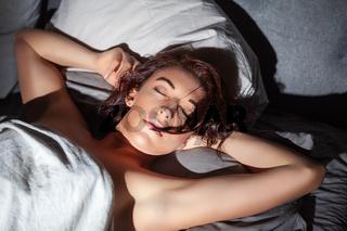 Schlafende Frau im Bett.