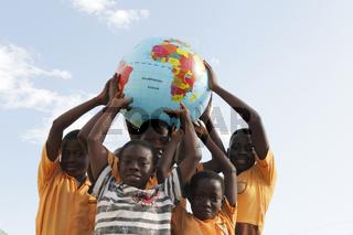 Ghanaische Kinder mit Globus