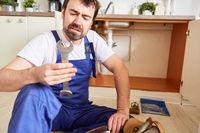 Heimwerker hält unsicher einen Schraubenschlüssel