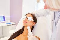 Junge Frau bekommt eine Lasertherapie am Hals