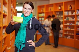 Kundin empfiehlt Produkt in Apotheke