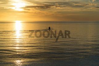 Auslegerkanu bei Sonnenuntergang vor der Insel Batudaka in Sulawesi