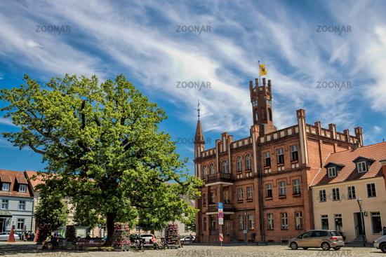 kyritz, deutschland - 03.06.2020 - marktplatz mit rathaus und friedenseiche
