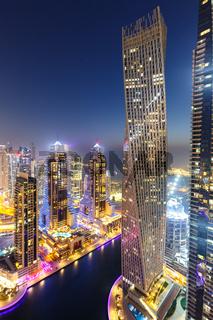 Dubai Marina Hafen Skyline Architektur Urlaub Übersicht in Vereinigte Arabische Emirate bei Nacht Hochformat