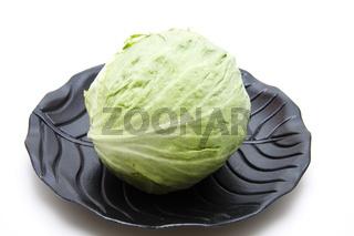 Eisbergsalat auf schwarzen Teller