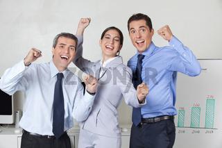 Jubelnde Geschäftsleute im Büro