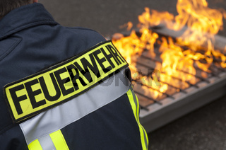 Feuerwehrmann vor einer Brandstelle