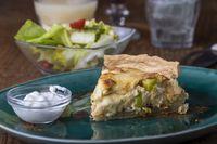 Französisch Quiche Lorraine mit Salat auf Holz