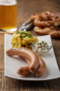 Frankfurter Würstchen auf rustikalem Holz