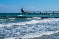 Seebrücke an der Ostseeküste in Zingst auf dem Fischland-Darß.