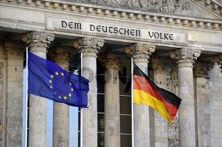 Fahne der europaeischen Union und Deutschlands vor dem Hauptgieb