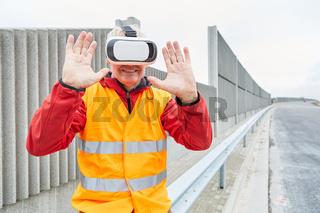 Bauarbeiter nutzt Visualisierung durch VR-Brille