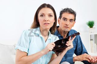 Ehepaar zeigt leeres Portmonee