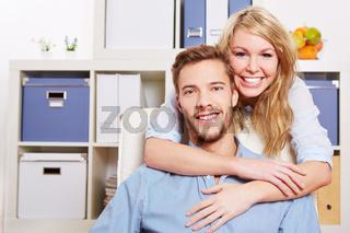 Glückliche Frau umarmt Mann