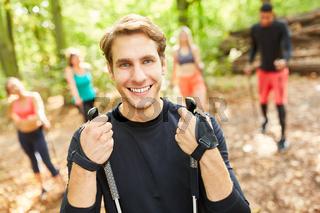 Mann als  Fitness Trainer beim Nordic Walking