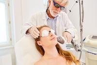 Hautstraffung im Gesicht einer Frau mit Fraxel Laser