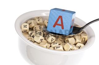 Vitaminreiche Alphabetsuppe zeigt Vitamin A