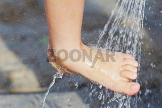 Fuß unter Dusche