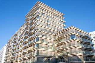Modernes Apartmenthaus mit viel Glas