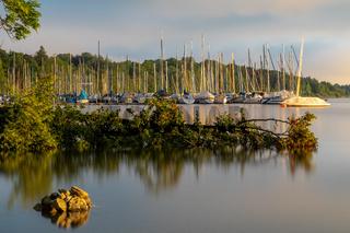 Jachthafen in Bernried am Starnberger See im Morgenlicht