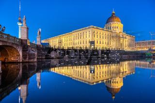 Das wiederaufgebaute Berliner Stadtschloss mit dem Fernsehturm