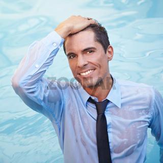 Geschäftsmann mit Kleidung im Wasser