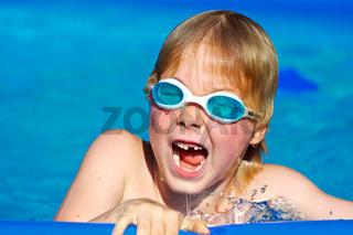 Junge beim Badespaß