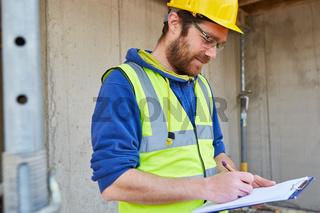Handwerker auf Baustelle erstellt Kostenvoranschlag