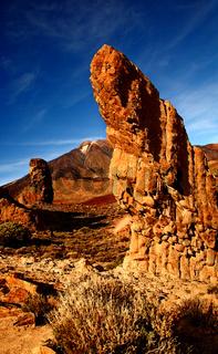 Vulkan Teide mit Rockformationen im Vordergrund